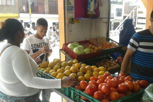 En el proceso de selección los y las  aspirantes indagan alrededor de la procedencia de los alimentos en negocios del sector.