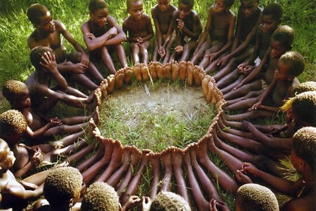 """Un antropólogo propuso un juego a los niños de una tribu africana. Puso una canasta llena de frutas cerca de un árbol y le dijo a los niños que aquel que llegara primero ganaría todas las frutas.  Cuando dio la señal para que corrieran, todos los niños se tomaron de las manos y corrieron juntos, después se sentaron juntos a disfrutar del premio.  Cuando él les preguntó por qué habían corrido así, si uno solo podía ganar todas las frutas, le respondieron: UBUNTU, ¿cómo uno de nosotros podría estar feliz si todos los demás están tristes? UBUNTU, en la cultura Xhosa significa: """"Yo soy porque nosotros somos."""""""